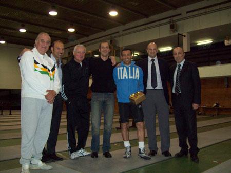 L'ASD Frascati consegna un premio a Sasà (a sinistra) assieme al suo allievo Stefano Barrera (terzo da destra), dopo la vittoria di questo ai mondiali del 2008